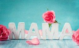 Mama in weissen Buchstaben mit Rosen