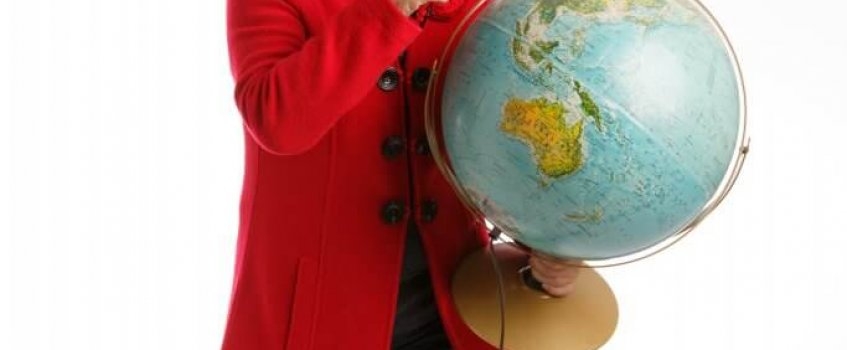 Frau mit Globus