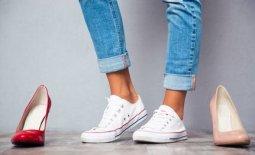 Beine mit Sneakers