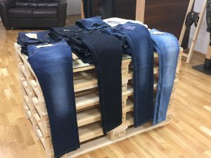 Jeans auf einer Palette